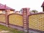 Одноцветный, с декором, сплошной забор из кирпича