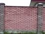Одноцветный, простой, сплошной забор из кирпича