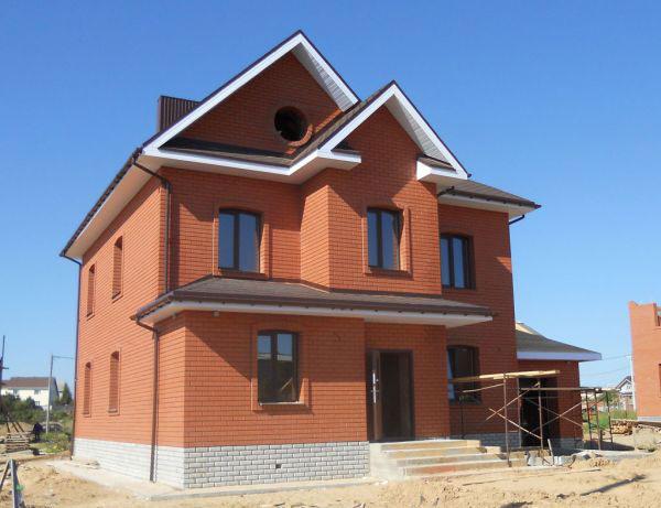 фасад из красного облицовочного кирпича