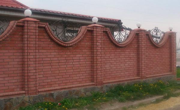забор из красного облицовочного кирпича
