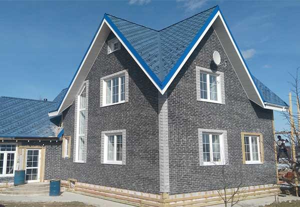 Фасад облицованный серым кирпичом